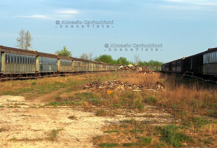 Vagoni ferroviari contenenti amianto abbandonati in provincia di Cremona.<br /> Railway carriages containing asbestos abandoned in the province of Cremona.