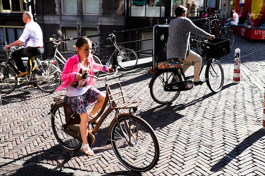 Nederland, Utrecht, 4 juni 2015<br /> Fietsers op  de Oudegracht. 3 fietsers gaan elk een eigen richting op.<br />  <br />  Foto: Michiel Wijnbergh