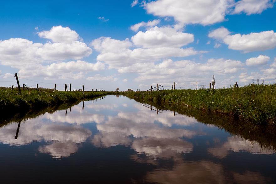 Nederland, Zwartsluis, 2 mei 2015<br /> Sloot tussen weilanden met mooie weerspiegeling van hollandse wolkenlucht in het water.<br /> <br /> Foto: Michiel Wijnbergh