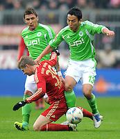 FUSSBALL   1. BUNDESLIGA  SAISON 2011/2012   19. Spieltag FC Bayern Muenchen - VfL Wolfsburg      28.01.2012 Toni Kroos (li, FC Bayern Muenchen) gegen Makoto Hasebe (VfL Wolfsburg)