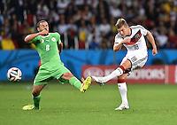 FUSSBALL WM 2014                ACHTELFINALE Deutschland - Algerien               30.06.2014 Toni Kroos (re, Deutschland) gegen Mehdi Lacen (li, Algerien)
