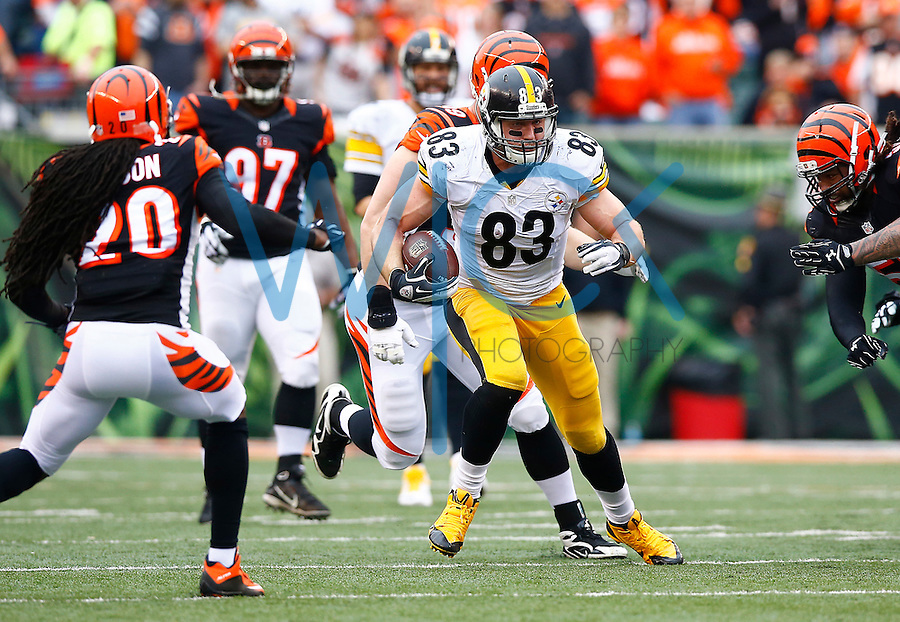 Heath Miller #83 of the Pittsburgh Steelers runs after the catch in the first half against the Cincinnati Bengals during the game at Paul Brown Stadium on December 12, 2015 in Cincinnati, Ohio. (Photo by Jared Wickerham/DKPittsburghSports)