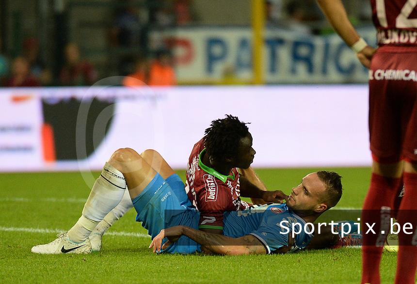 SV Zulte Waregem  - KV Kortrijk  : Maxime Chanot (blauw) en Ibrahima Conte <br /> foto VDB / BART VANDENBROUCKE