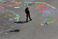 Segni e disegni sull&rsquo;asfalto, fermare le ombre e colorare la citt&agrave;, questo il laboratorio &ldquo;Libero segno in libero testo&rdquo; organizzato dall&rsquo; associazione Cemea del Mezzogiorno, Roma.<br /> Signs and drawings on asphalt, stop the shadows and color the city, this is the workshop &quot;Free sign free text&quot; organized by the Cemea Association in Rome.