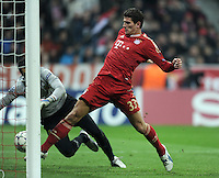 FUSSBALL   CHAMPIONS LEAGUE   SAISON 2011/2012     22.11.2011 FC Bayern Muenchen - FC Villarreal Tor zum 2:0 durch Mario Gomez (re, FC Bayern Muenchen) gegen Diego Lopez (Villarreal CF)