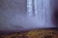 ISLANDA, paesaggio naturale: una  cascata atterra su un fiume e produce vapore.