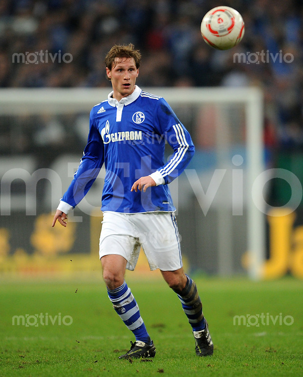 FUSSBALL   DFB POKAL   SAISON 2010/2010   VIERTELFINALE FC Schalke 04 - 1. FC Nuernberg                       25.01.2010 Benedikt HOEWEDES  (FC Schalke 04) Einzelaktion am Ball