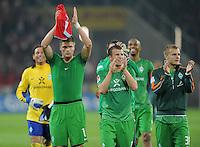 FUSSBALL   1. BUNDESLIGA  SAISON 2011/2012   11. Spieltag   29.10.2011 1.FSV Mainz 05 - SV Werder Bremen Werder mit Dank an die Fans, Sebastian Proedl,  Lukas Schmitz und Lennart Thy  (v.li.)