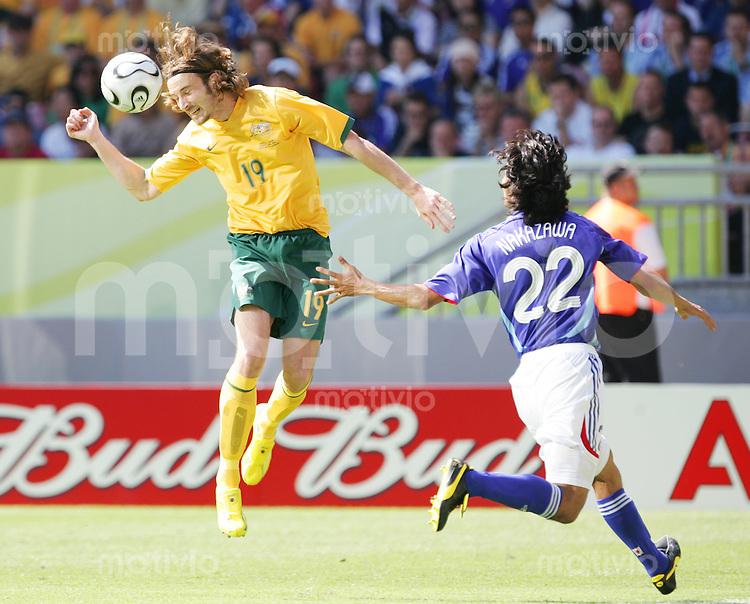 Fussball WM 2006        Australien - Japan Joshua KENNEDY (links, AUS) im Zweikampf mit Yuji NAKAZAWA (rechts, JPN).