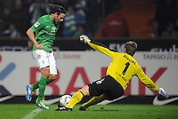 FUSSBALL   1. BUNDESLIGA   SAISON 2011/2012    12. SPIELTAG SV Werder Bremen - 1. FC Koeln                              05.11.2011 Claudio PIZARRO (li, Bremen) gegen Michael RENSING (re, Koeln)