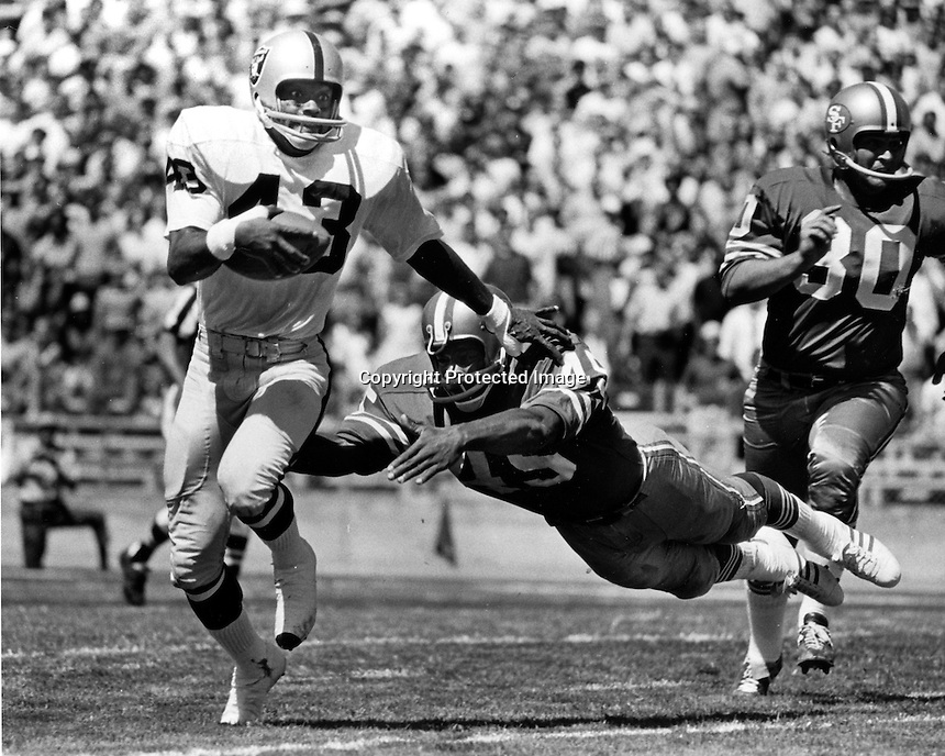 Oakland Raider George Atkinson returns against the San Francisco 49ers. (photo/Ron Riesterer)