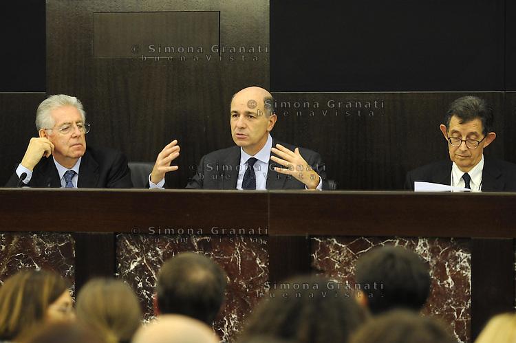 Roma, 4 Dicembre 2011.Il Governo Monti presenta alla stampa la manovra economica..Mario Monti, Corrado Passera e Piero Giarda