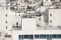 Tunisi, vista sui tetti della città, persona al telefono