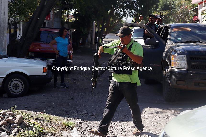 Par&aacute;cuaro, Michoac&aacute;n. 05 Enero 2014 Los grupos de autodefensa en Michoac&aacute;n, arribaron al municipio de Par&aacute;cuaro, en el coraz&oacute;n de la Tierra Caliente, y ah&iacute; tomaron el control del pueblo. Sin embargo durante la llegada se suscit&oacute; un enfrentamiento entre ellos y civiles armados, donde muri&oacute; un integrante de la autodefensa. Los enfrentamientos no han cesado a lo largo del d&iacute;a y noche, as&iacute; mismo como los bloqueos carreteros con autobuses incendiados. Este municipio es colindante con Apatzingan, un basti&oacute;n del crimen organizado de la zona. As&iacute; mismo, ayer por la noche el l&iacute;der de las autodefensas, Juan Manuel Mireles sufri&oacute; un accidente en una avioneta y fue trasladado a la ciudad de Morelia fuertemente resguardado por la Polic&iacute;a Federal, posteriormente fue llevado a la Cd de M&eacute;xico. se reporta estable.<br /> Foto: Enrique Castro/Obture Press Agency.