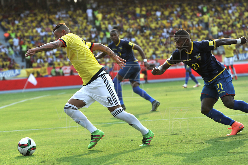 BARRANQUILLA - COLOMBIA -29-03-2016: Edwin Cardona (Cent.) jugador de Colombia disputa el balón con Gabriel Achilier (Izq.) y Cristian Noboa (Der.) jugadores de Ecuador durante partido entre los seleccionados de Colombia y Ecuador, por la fecha 6 para la clasificación sudamericana a la Copa Mundial de la FIFA Rusia 2018, jugado en el estadio Metropolitano Roberto Melendez en Barranquilla. /  Edwin Cardona (c) player of Colombia fights the ball with Gabriel Achilier (L) and Cristian Noboa (R) players of Ecuador during match between the teams of Colombia and Ecuador, for the date 6 for the Qualifier FIFA World Cup Russia 2018, played at Metropolitan stadium Roberto Melendez in Barranquilla. Photo: VizzorImage / Luis Ramirez / Staff.