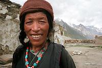 Cette femme Ladakhie de la vallée de la Doda porte le bonnet et le collier de pierres traditionnelles dont on rencontre de nombreuses variantes dans tout le massif du Zanskar. Ladakh Himalaya Inde. Photo : Vibert / Actionreporter.com