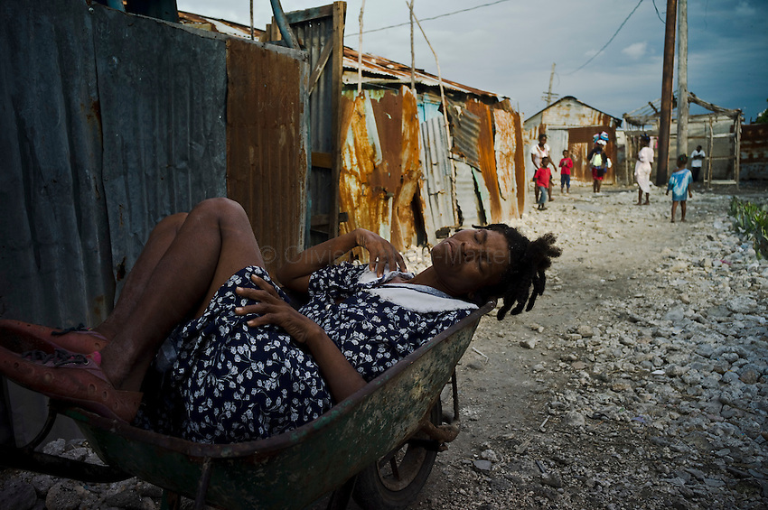 The number of cholera victims in Cité Soleil, a slum of Port-au Prince, is increasing day by day exponentially, according to a doctor of Doctors Without Borders.///Kernilis St Jean, affected by  cholera, waits in a wheelbarrow  to be transported to the nearest hospital, in the slum of Cite Soleil in Port-au-Prince.