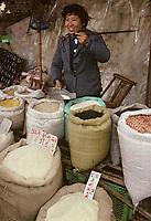Asie/Chine/Jiangsu/Env Nankin&nbsp;: March&eacute; libre la rue Shan-Xi - Marchande de c&eacute;r&eacute;ales et l&eacute;gumes secs<br /> PHOTO D'ARCHIVES // ARCHIVAL IMAGES<br /> CHINE 1990