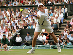 Tennis All England Championships Wimbledon Thomas Johansson (SWE) streckt sich vergeblich nach einem Rueckhandvolley.