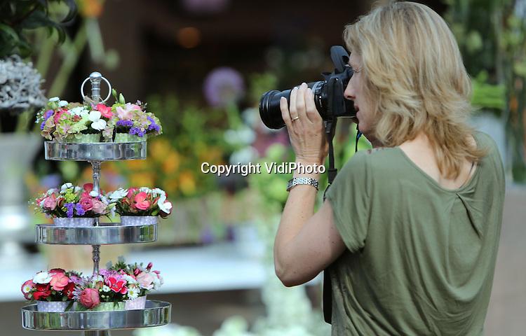 Foto: VidiPhoto<br /> <br /> NAALDWIJK - De inzendingen van de Zomer Plaza op 25 en 26 juni, met veel nieuwe en exclusieve zomerbloemen. Voor de eerste keer werd de Zomer Plaza gehouden in groothandelscentrum Pyramide in Naaldwijk (Honselersdijk), een ontmoetingsplek voor bloemisten, handelaren, kwekers en veredelaars van zomerbloemen. Ruim 70 kwekers hebben een product ingezonden, waardoor een breed aanbod aanwezig was. Het event is een samenwerking van groothandelscentrum Pyramide, FloraHolland en de promotiecampagne PurE seasonal flowers.