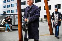 Nederland, Utrecht, 20 okt 2014<br /> Nieuwe stadskantoor van gemeente Utrecht. Medewerkers van van de gemeente verlaten aan het eind van de werkdag het kantoor.<br /> Foto: (c) Michiel Wijnbergh