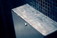 Narkotika på toalettet på en nattklubb i Oslo sentrum. Stig Gaustad og Morten Haukeland fra Sentrum Politistasjons etteretningsavdeling følger med på utelivet i Oslo sentrum. . (Foto:Fredrik Naumann/Felix Features)