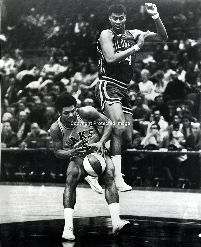 Oakland Oaks vs Kentucky Colonels, Gene Moore and #15 Warren Jabali .( Mar 3,1969 photo by Ron Riesterer/photoshelter)