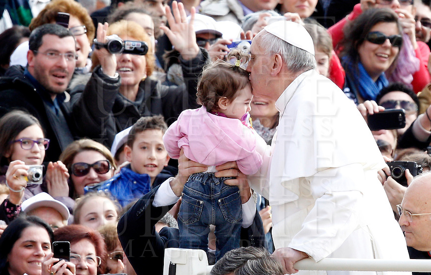 Papa Francesco bacia una bambina al suo arrivo all'udienza generale del mercoledi' in Piazza San Pietro, Citta' del Vaticano, 3 aprile 2013..Pope Francis kisses a child as he arrives for his weekly general audience in St. Peter's square at the Vatican, 3 April 2013..UPDATE IMAGES PRESS/Riccardo De Luca..STRICTLY ONLY FOR EDITORIAL USE