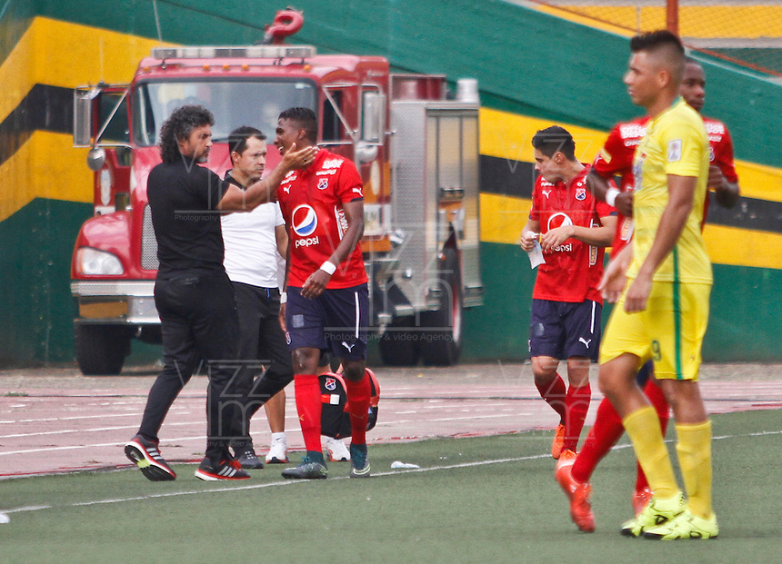 BUCARAMANGA-COLOMBIA-31-01-2016. Leonel Alvarez técnico del Independiente Medellín felicita a Johan L. Arango por su gol anotado durante el encuentro con Atlético Bucaramanga por la fecha 1 de la Liga Águila I 2016 jugado en el estadio Alfonso López de la ciudad de Bucaramanga./ Leonel Alvarez coach of Independiente Medellin congrats to Johan L. Arango for his goal scored during a match against Atletico Bucaramanga for the date 1 of the Aguila League I 2016 played at Alfonso Lopez stadium in Bucaramanga city. Photo: VizzorImage / Duncan Bustamante / Cont