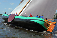 SKÛTSJESILEN: GROU: 18-07-2015, SKS kampioenschap 2015, Skûtsje Rienk Ulbesz (Leeuwarden) tijdens de openingswedstrijd, schipper Siete Ezn Meeter, ©foto Martin de Jong