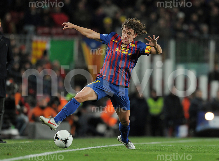 FUSSBALL  INTERNATIONAL  Copa del Rey  1/2  FINALE  2011/2012   08.02.2012 FC Barcelona  - FC Valencia Carles Puyol (Barca) am Ball