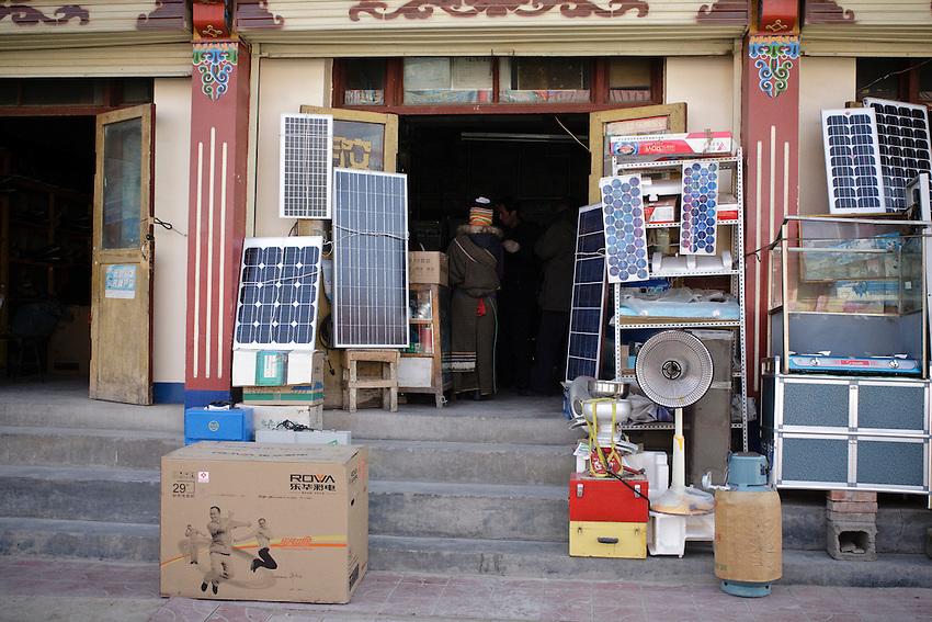 quincaillerie vendant des panneaux solaire dans la rue principale de Xiahe. decembre 2009