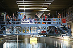 Foto: VidiPhoto<br /> <br /> WAGENINGEN - Ruim 6000 nieuwsgierigen uit heel Nederland kwamen zaterdag naar het Maritiem Research Instituut Nederland (MARIN) in Wageningen. Het maritiem instituut, waar op schaal en in enorme bassins praktijkproeven worden gedaan met scheepsmodellen, is het belangrijkste kenniscentrum op dit gebied ter wereld. Eenmaal per jaar mogen belangstellenden binnen een kijkje nemen op plaatsen waar normaal gesproken in het diepste geheim en in opdracht van internationale klanten, metingen en testen worden uitgevoerd. Klanten van MARIN zijn onder andere scheepswerven, reders, havens, overheden en oliemaatschappijen. Bij het kennisinstituut werken zo'n 350 mensen.