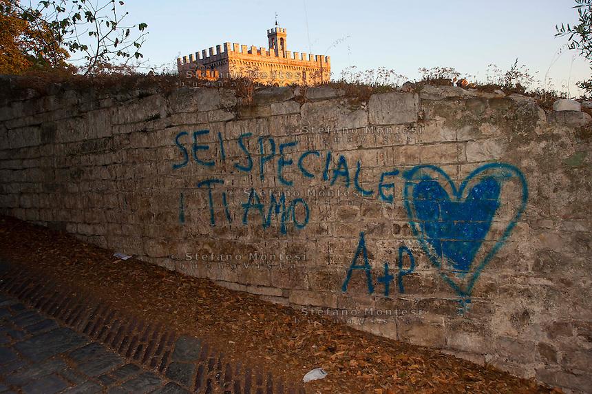Gubbio, Una scritta con la vernice su un muro antico