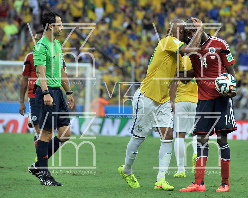 FORTALEZA - BRASIL -04-07-2014. Victor Ibarbo (#14) jugador de Colombia (COL) recibe excusas de Maicon (#23) jugador de Brasil (BRA) durante partido de los cuartos de final por la Copa Mundial de la FIFA Brasil 2014 jugado en el estadio Castelao de Fortaleza./ Victor Ibarbo (#14) player of Colombia (COL) receives regrets from Maicon (#23) player of Brazil (BRA) during the match of the Quarter Finals for the 2014 FIFA World Cup Brazil played at Castelao stadium in Fortaleza. Photo: VizzorImage / Alfredo Gutiérrez / Contribuidor