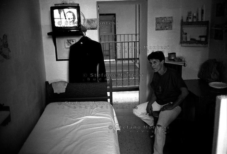 Roma 2000.Rebibbia, Carcere Femminile. Detenuta nella cella, Sezione Cellulare.Rome 2000.Rebibbia Prison Women. Mother with the child inside the cell, in Section Nest
