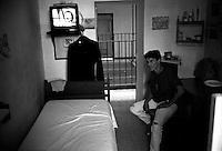 Roma 2000.Rebibbia, Carcere Femminile. Detenuta nella cella, Sezione Cellulare.Rome 2000.Rebibbia Prison Women. Mother with the child inside the cell, in Section Nest