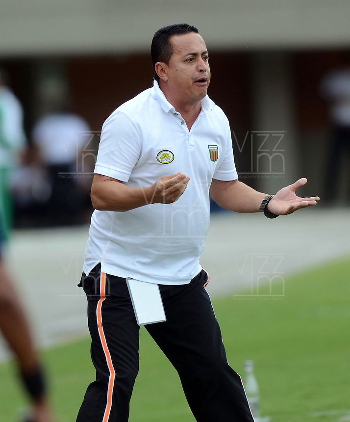 ENVIGADO- COLOMBIA -11-07-2015: Juan C Sanchez, tecnico de Envigado FC da instrucciones a los jugadores durante  partido Envigado FC y Cortulua por la fecha 1 de la Liga Aguila II 2015, en el estadio Polideportivo Sur de la ciudad de Envigado. /  Juan C Sanchez, coach of Envigado FC gives instructions to the players during a match Envigado FC and Cortulua for the date 1 of the Liga Aguila II 2015at the Polideportivo Sur stadium in Envigado city. Photo: VizzorImage / Leon Monsalve / Cont.