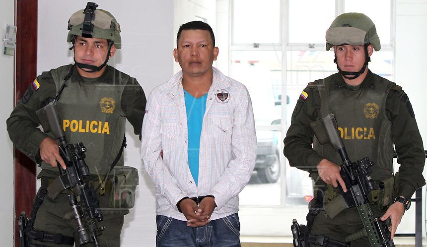 BOGOTA -COLOMBIA, 26 -07-2013.  Miembros de la Policia Nacional de Colombia custodian a Hern&aacute;n Arturo Cantillo Camargo ,alias &quot; Yovanny&quot; principal detractor de la Ley de v&iacute;ctimas y restituci&oacute;n de tierras en la costa Atl&aacute;ntica,sindicado del 75% de los desplazamientos forzados en la Costa Caribe ,gener&oacute; la migraci&oacute;n de m&aacute;s de 28 mil personas ,particip&oacute; en una incursi&oacute;n armada donde fueron acribilladas 36 personas.Base antinarc&oacute;ticos de La Policia Nacional de Colombia, Members of the National Police of Colombia guarding Cantillo Hern&aacute;n Arturo Camargo, alias &quot;Yovanny&quot; principal opponent of the Act of victims and land restitution on the Atlantic coast, accused the 75% of forced displacement on the Caribbean coast, generated migration over 28 thousand people took part in an armed raid where 36 were shot counternarcotics personas.Base The National Police of Colombia. <br /> . Photo: VizzorImage/ Felipe Caicedo/ STAFF