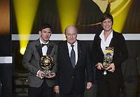 Fussball International  FIFA Ballon d Or   07.01.2013 Weltfussballer 2012  Lionel Messi (li, Argentinien)  und Weltfussballerin Abby Wambach (re, USA) mit FIFA Praesident Joseph S. Blatter (Schweiz)