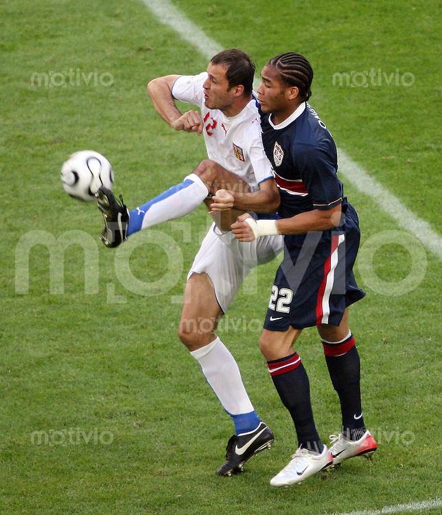Fussball WM 2006  Gruppenspiel  Vorrunde USA - TSCHECHIEN Vratislav Lokvenc (CZE vorne) gegen Oguchi Onyewu (USA)