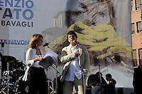 """Roma  1 Luglio 2010.Manifestazione a Piazza Navona per protestare  contro il ddl Alfano sulle intercettazioni e contro il «bavaglio all'informazione»,organizzata dalla stampa e dagli editori.Tiziana Ferrario e Andrea Purgatori.Rome  July, 1  2010.Demonstration outside to protest against the Alfano bill on wiretapping and against the """"gag information""""."""