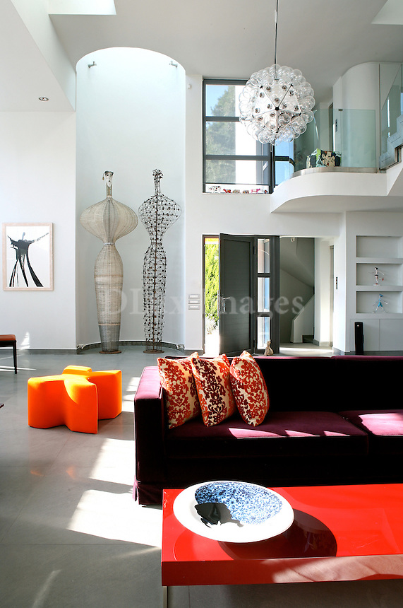 Gina Seduca's residence in Athens is surrounded by a forest. Inside she has an interesting collection of many pieces of art, made by modern Greek artists. The whole picture of the house reminds us of Los Angeles .