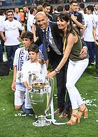 FUSSBALL  CHAMPIONS LEAGUE  FINALE  SAISON 2015/2016   Real Madrid - Atletico Madrid                   28.05.2016 Trainer Zinedine Zidane (Real Madrid) mit dem Pokal und seiner Familie