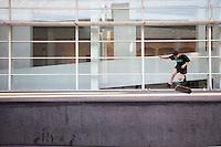 Ragazzo su skateboard all'esterno del museo, Boy on skateboard outside the museum. Garçon sur planche à roulettes à l'extérieur du musée