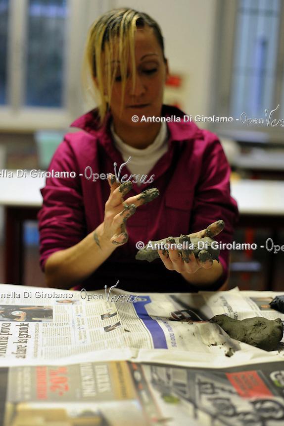 Carcere di Rebibbia,Roma. Le detenute mentre frequentano l' Istituto Statale d'Arte, all'interno del carcere..Rebibbia prison in Rome.Inmates attend on a corse of the State Institute of Arts, inside the prison...