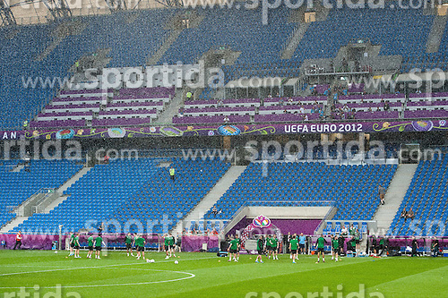 09.06.2012, Stadion Miejski, Poznan, POL, UEFA EURO 2012, Irland, Training, im Bild WIDOK TRENING PODCZAS DESZCZU (TRAINING // during THE RAIN) during the during EURO 2012 Trainingssession of Ireland Nationalteam, at the stadium Miejski, Poznan, Poland on 2012/06/09. EXPA Pictures © 2012, PhotoCredit: EXPA/ Newspix/ Jakub Kaczmarczyk..***** ATTENTION - for AUT, SLO, CRO, SRB, SUI and SWE only *****