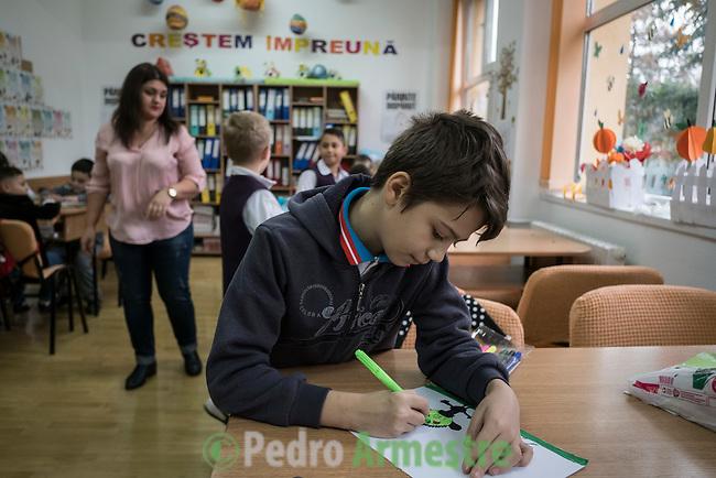 08 Noviembre 2016. Targoviste. Rumania<br /> Save the Children trabaja en Rumania ayudando a las familias m&aacute;s vulnerables con diferentes tipos de programas vinculados a la educaci&oacute;n. En 37 centros educativos de todo el pa&iacute;s tiene en marcha programas especiales de ayuda a los ni&ntilde;os que nunca han asistido a la escuela y para los hijos de migrantes que est&aacute;n trabajando en Italia o en Espa&ntilde;a. En la imagen, uno de los programas de Save the Children en un colegio en Targoviste. Rumania tiene la tasa de pobreza infantil m&aacute;s alta de toda Europa, con un 51%. &copy; Pedro Armestre/ Save the Children Handout. No ventas -No Archivos - Uso editorial solamente - Uso libre solamente para 14 d&iacute;as despu&eacute;s de liberaci&oacute;n. Foto proporcionada por SAVE THE CHILDREN, uso solamente para ilustrar noticias o comentarios sobre los hechos o eventos representados en esta imagen.<br /> &copy; Pedro Armestre/ Save the Children Handout - No sales - No Archives - Editorial Use Only - Free use only for 14 days after release. Photo provided by SAVE THE CHILDREN, distributed handout photo to be used only to illustrate news reporting or commentary on the facts or events depicted in this image.