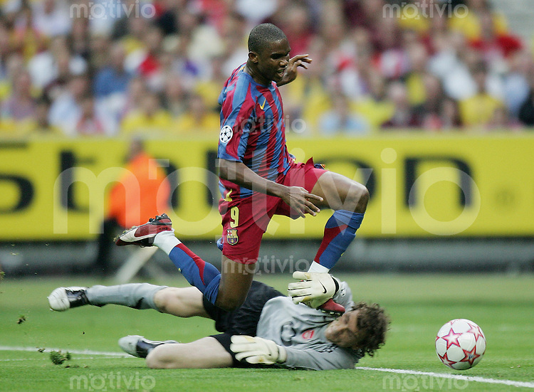 Fussball International Champions League Finale  Saison 2005/2006 FC Barcelona - Arsenal London               Jens Lehmann (London, rechts) sieht sieht nach diesem Foul an Eto (li, Barcelona) die Rote Karte