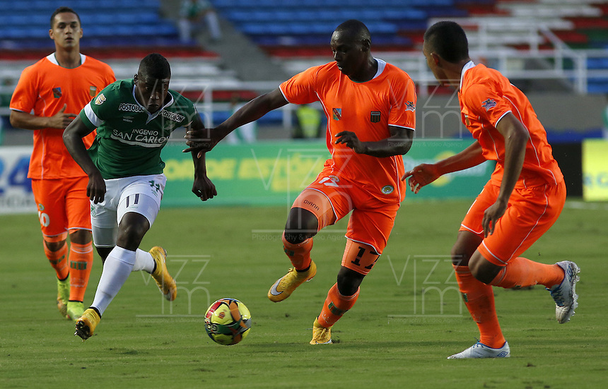 CALI -COLOMBIA-01-11-2014. Carlos Rivas (Izq) del Deportivo Cali disputa el balón con Yilmar Angulo (der) de Envigado FC durante partido por la fecha 17 de la Liga Postobón II 2014 jugado en el estadio Pascual Guerrero de la ciudad de Cali./ Deportivo Cali player xxx (L) fights for the ball with Envigado FC player Yilmar Angulo (R) during match for the 17th date of Postobon League II 2014 played at Pascual Guerrero stadium in  Cali city.Photo: VizzorImage/ Juan C. Quintero /STR